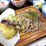 ふくらい家笑福 - 蕎麦はハーフサイズ。左下、じゃがいもかと思ったら「りんごの天ぷら」でした
