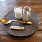 喫茶店 uzuビバレッヂ - ミルク&シロップ 小菓子