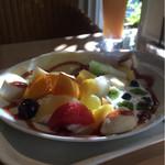 タマル - フルーツクレープセット。白桃ジュースとセットに。