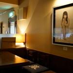 珈琲舎 蔵 - 2015.10 テーブル席と裸婦の絵