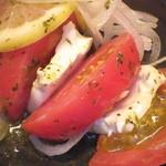 ぶあいそ - トマトとクリームチーズのサラダ(580円)