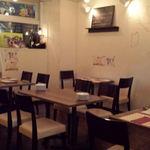 神田小川町 幻のイタリアン カンティーニ - 落ち着いてリラックスできるテーブル24席