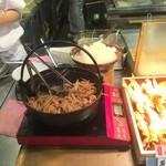 丸亀製麺 - カウンターには「鬼おろし肉ぶっかけ」がスタンバイ
