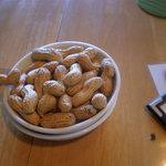 バル居酒屋 TWO SPOON - ピーナッツが事前にセットされとったねん♪