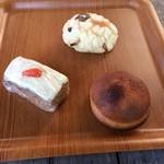 42731992 - メ~ロンパン、キャロットケーキ、お味噌のパン