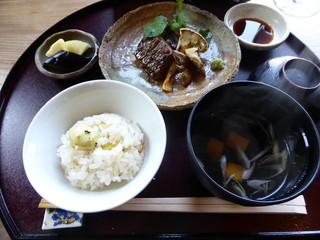 季節料理 つばき - 栗ご飯、牛肉、天然キノコ(2015年10月、2500円「月」ランチ)