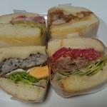 42732443 - 手前左はハーブの効いたソーセージと目玉焼き、右は牛肉100%の肉肉しいハンバーグ