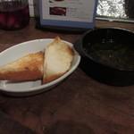 KOTOBUKI - キノコのアヒージョの残ったオイルを付けて食べるトースト