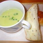 チャヤ ジャルディーノ シロヤマ - ランチのスープとパン2つ