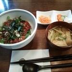 CAFE JI:TA - ランチセット、鰹丼、味噌汁、小鉢。+珈琲&ミニデザートがつく。