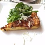 ビストロチカラ - 小さなキッシュ入りサラダ(野菜たっぷり?ww)