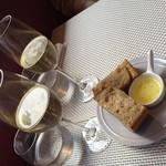 ビストロチカラ - スパークリングワインと自家製全粒粉パン