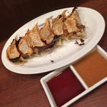一丁 - 餃子のタレは焼肉屋のように2種類付いてきます!