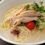 タンメン でこ - 冷し鶏そば・柔らかな蒸し鶏ときゅうり、涼感たっぷりなコラーゲンスープの冷しラーメン