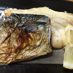 柳橋食堂 - 鯖の塩焼とカレイの干物