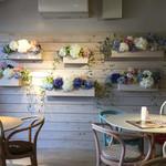 Cafe Koume - ガーリーな店内。