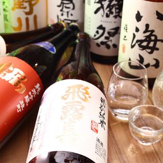 グラスで飲んでも、徳利で飲むも良しのこだわりの銘酒約40種
