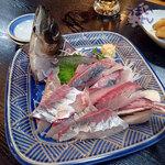 お食事処水仙 - 「本日の朝どり 伊東産 大アジの刺身 36cm」 950円