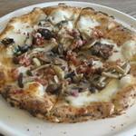 パルゴロ - ピッツァ イタリア産生ハムとキノコたちのピッツァ