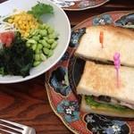 コーンブルメ - サンドイッチとサラダ