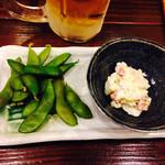 品濃酒場 - お通しは枝豆とイカクンポテトサラダ