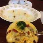 トマト - ビーフジャワカレー+季節の野菜+チーズ