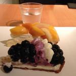 カフェ コムサ - 料理写真:ブルーベリータルト、桃とマンゴーのタルト