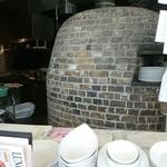 ピッツァ サルヴァトーレ クオモ 梅田 アンド ザ バー - カウンターから見えるピザの釜など。