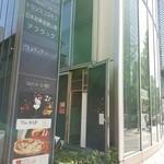 ピッツァ サルヴァトーレ クオモ 梅田 アンド ザ バー - こんな建物の中にあります。