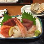 港食堂 - 刺身定食の刺身と焼きハマグリ