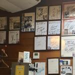 そば処 あんどう - 壁にはサインが多数