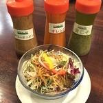 G.G.C. 前橋店 - Aセットのサラダ。サラダは3種類から選べて、カリカリのポテトが乗ったGGCサラダをお願いしました。                             ドレッシングは3種類来て、どれをかけても美味しかった!