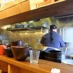 イツワ製麺所食堂 - お姉さん一人で10人をさばいています。