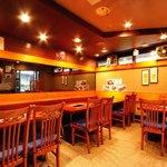焼肉 山王苑 - 1階のテーブル席です。7卓で28人まで座れます。連日サラリーマンと家族連れでにぎわってます。