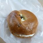 パン屋 たね - 料理写真:ベーグル ブルーベリー(200円)(プラス100円でクリームチーズ入り)