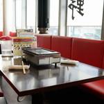 神保町食肉センター - 2015.10 テーブル席の上にはガスロースター