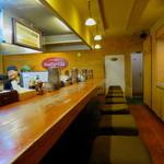 らーめん本郷亭 - 厨房を囲む長いカウンター席のみの空間
