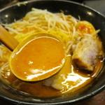 らーめん本郷亭 - ピリ辛でこってり濃厚なスープ