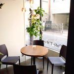 カフェ ティーエム エン - 窓側のテーブル席