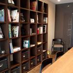 カフェ ティーエム エン - カウンターと本棚。大人のカフェって感じです