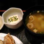 地酒とそば・京風おでん 三間堂 新宿エルタワー店 - 定食の小鉢類と味噌汁