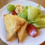 42812968 - サラダとパン。フルーツ添え