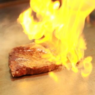 こだわりの食材を鉄板で豪快に焼き上げる!