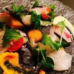 深夜の久保食堂 - 彩り野菜とホタテ、鯛、かんぱちのサラダ