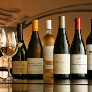 料理に合うワインを産地問わず取り揃えております。