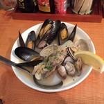 浦野屋 やきとん てるてる - スープが美味しいムール貝とあさりのワイン蒸し380円