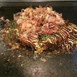 42848998 - 2015/10/9 牛スジ青ねぎ(880円)。 今まで食べたお好み焼きで、一番美味しいかったです( *`ω´)                       スタッフさんの手捌きも、見とれてしまいます(((o(*゚▽゚*)o)))