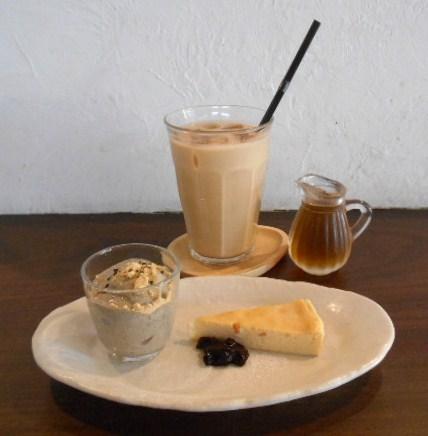 E's cafe - アイスチャイとミニデザート 冷たいデザートと焼き菓子のセット