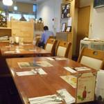アロック インディアンレストラン - 奥から見た入口方向の席
