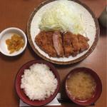 とんかつ伊勢 - 上ロースかつ定食 1,120円→1,070円